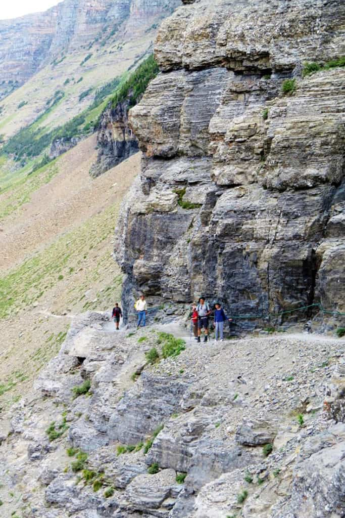 Hiking the amazing Highline Trail across the Continental Divide! Glacier National Park Itinerary: A complete and illustrated day-by-day itinerary for visiting the most beautiful national park in the US!