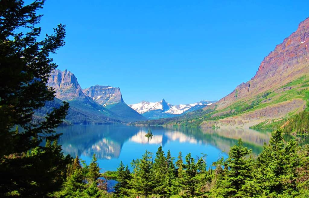 Wild Goose Island views from the Going To The Sun Road. Glacier National Park Itinerary: A complete and illustrated day-by-day itinerary for visiting the most beautiful national park in the US!