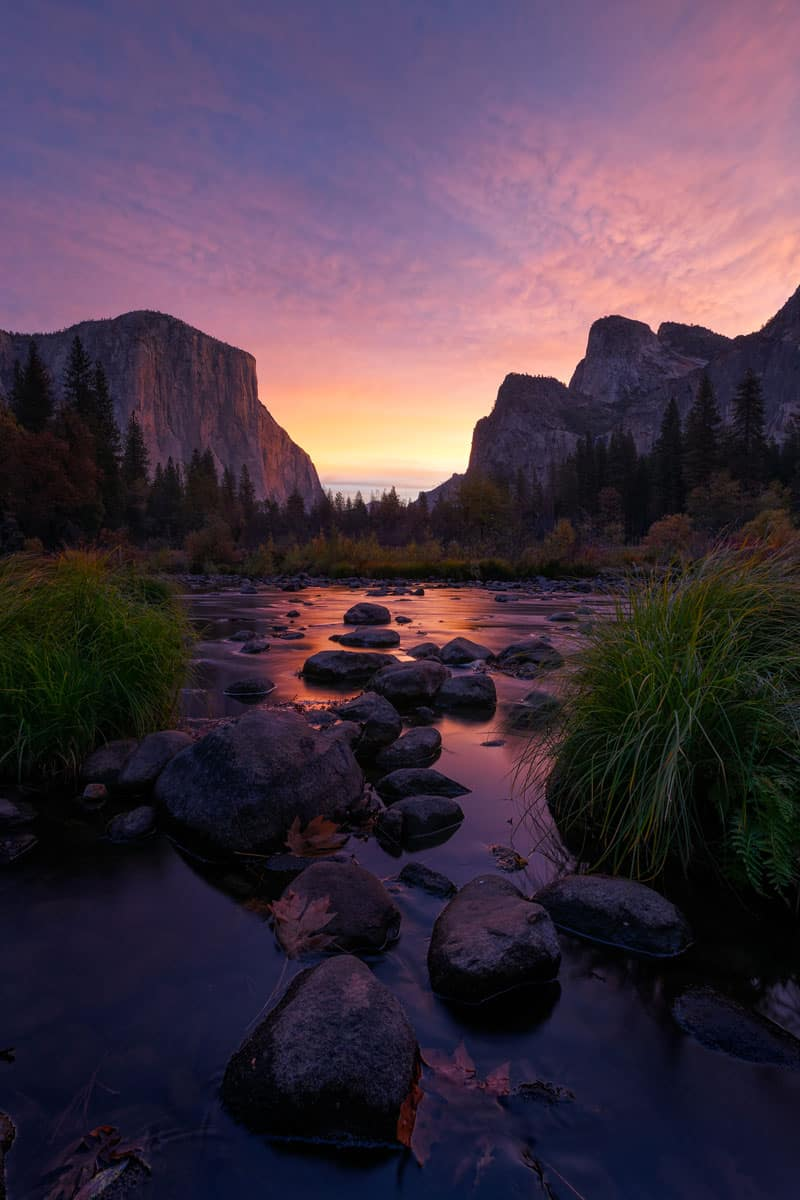 Colorful-sunrise-at-Valley-View-on-the-Merced-River,-Yosemite-National-Park,-California