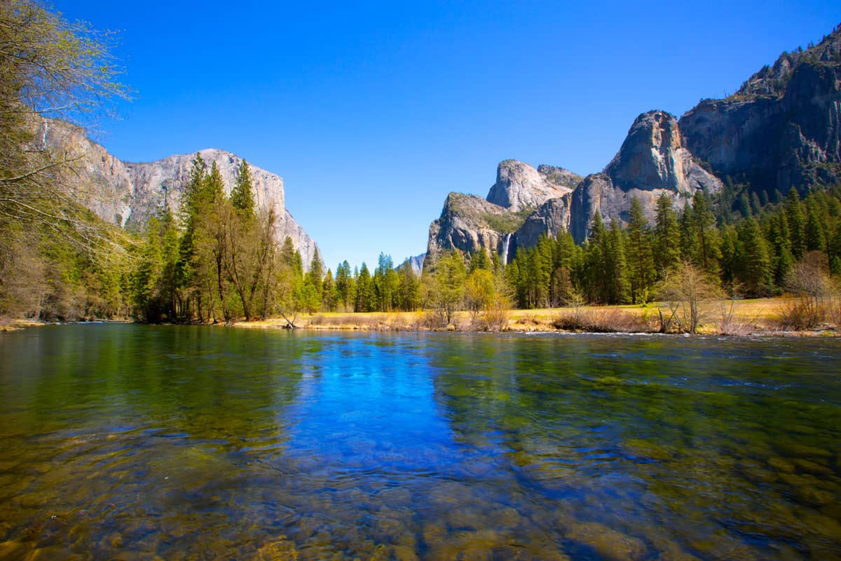Yosemite-Merced-River-el-Capitan-and-Half-Dome-in-California-National-Parks-US