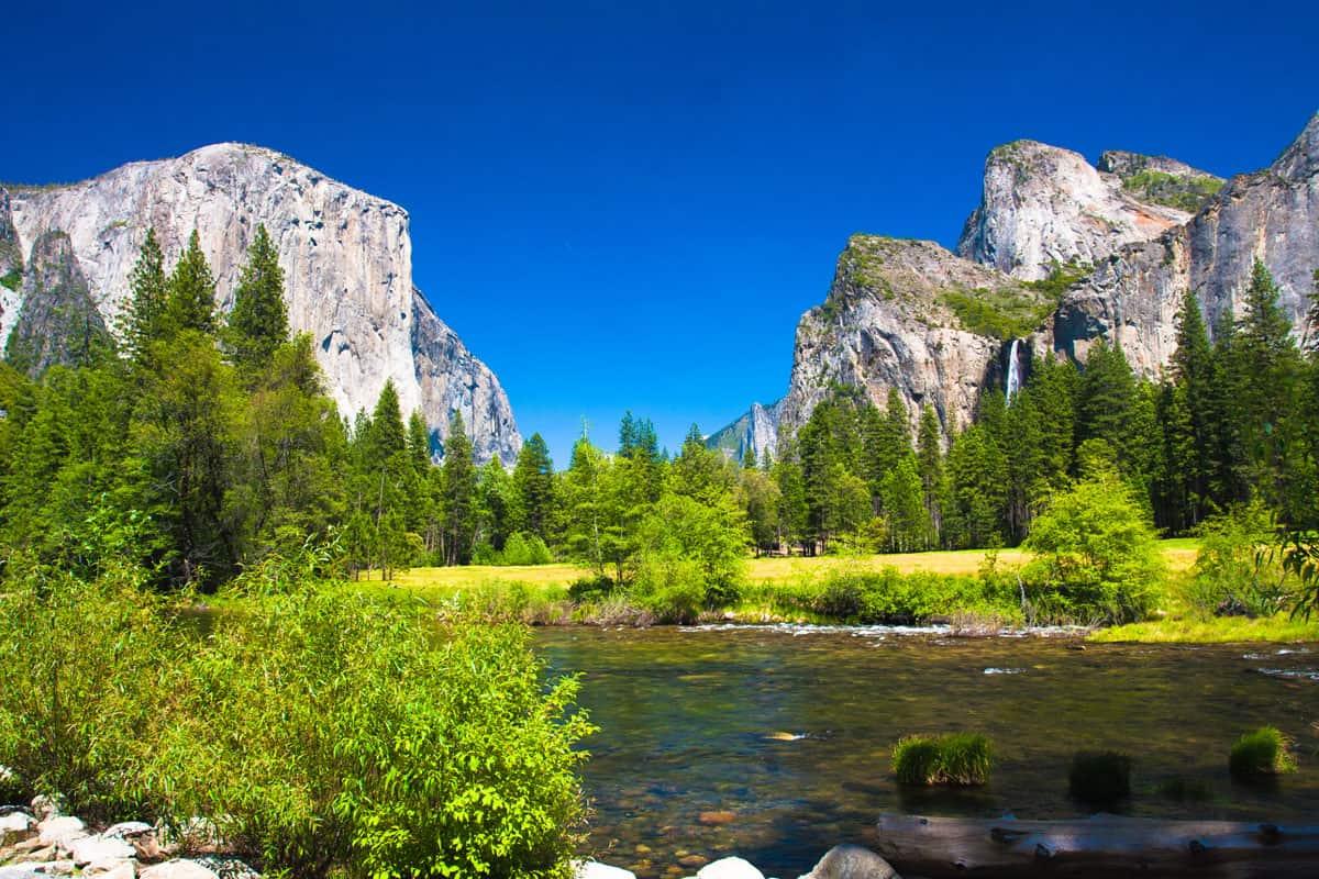 Yosemite-Valley-with-El-Capitan-Rock-and-Bridal-Veil-Waterfalls-in-Yosemite-National-Park,California